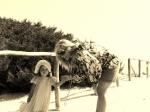 mamma e figlia al mare in sardegna